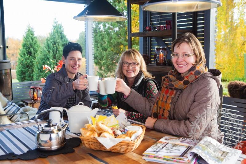 Onnistuneelle projektille on mukava kohottaa kupponen kuumaa teetä! Sisustussuunnittelija Pia Närhi, Sisustuspalvelu Närhi, puutarhan omistaja Heli sekä puutarhasuunnittelija Sari Lampinen, Puutarhasuunnittelu Puksipuu.